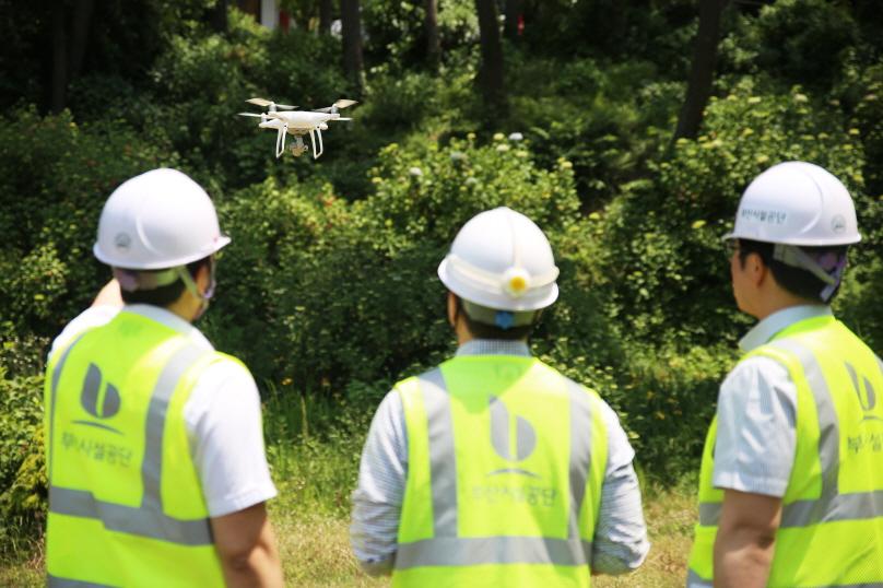 태종대유원지 태종사 주변 사면을 드론(drone)을 활용한 점검을 하는 모습2